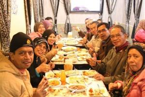 enjoying-meal-at-alis-kitchen